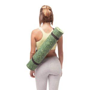 tapis yoga pelouse